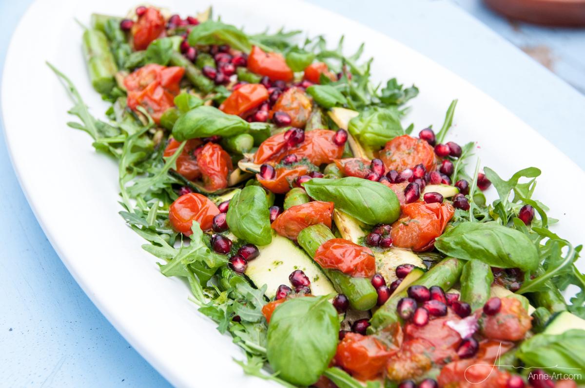 Gebratener Spargel, Zucchini und Granatapfel