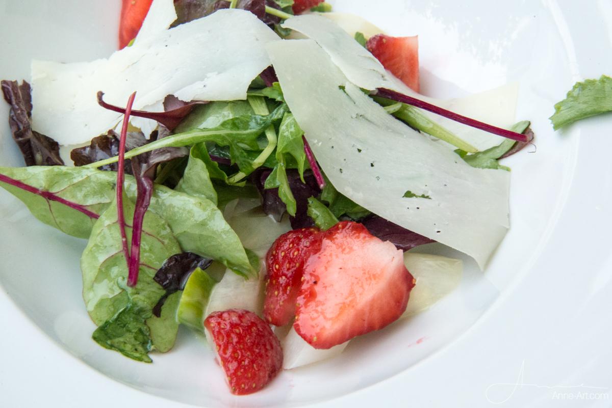 Spargelsalat mit Erdbeeren und gehobeltem Büffelkäse